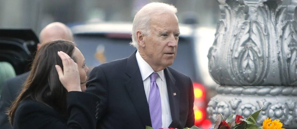 Vice-presidente americano, Joe Biden, ao lado de Myroslva Gongadze no memorial em homenagem às vítimas dos protestos do início do ano em Kiev Foto: Efrem Lukatsky / AP