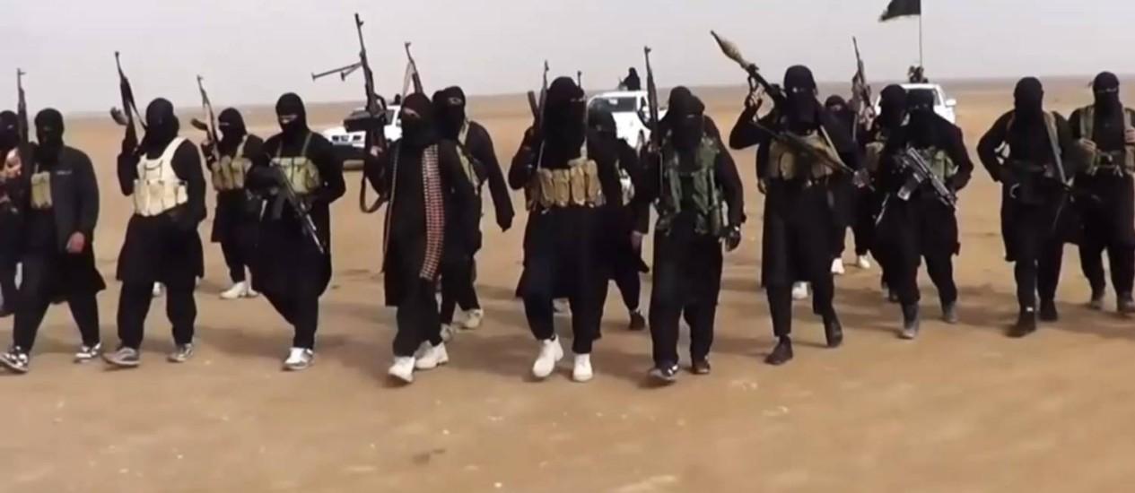 """Militantes do Estado Islâmico no Iraque. Grupo foi condenado pela al-Qaeda iemenita por """"causar cisão entre jihadistas"""" Foto: AFP"""
