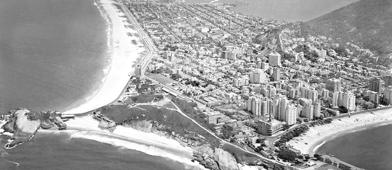 Arpoador e Ipanema em 1943: A partir da década de 1930, as linhas de bonde passaram pelos túneis de Copacabana e levaram novos moradores ao bairro. Para sustentar a ocupação desordenada, foi necessário franquear um espaço para a mão de obra pobre. A época foi marcada, então, pela multiplicação das favelas. Seus trabalhadores seriam responsáveis depois pela expansão de outros bairros da Zona Sul, como o Arpoador, Ipanema (já tomada por casas no fim da década de 1930) e o deserto Leblon Foto: Acervo Museu Aeroespacial