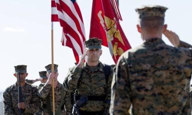 Capitão Derek Herrera (centro), que ficou com a perna paralisada por uma bala de um franco-atirador no Afeganistão, participa de cerimônia de aposentadoria na base de Camp Pendleton, na Califórnia, em 21 de novembro Foto: Sgt. Scott Achtemeier / AP