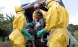 Agentes de saúde levam paciente com suspeita de ebola para hospital em Patrice, perto de Macenta, na Guiné