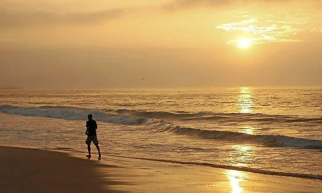 Amanhecer em Copacabana: termômetros estarão mais elevados em 2015 Foto: Pedro Teixeira