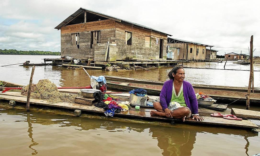 Mulher ribeirinha em sua casa na comunidade Buriti Vencedor, no Alto Solimões: quando há profissionais de saúde disponíveis, eles têm dificuldade em chegar aos povoados. E os moradores desconfiam dos remédios Foto: ANTONIO SCORZA /