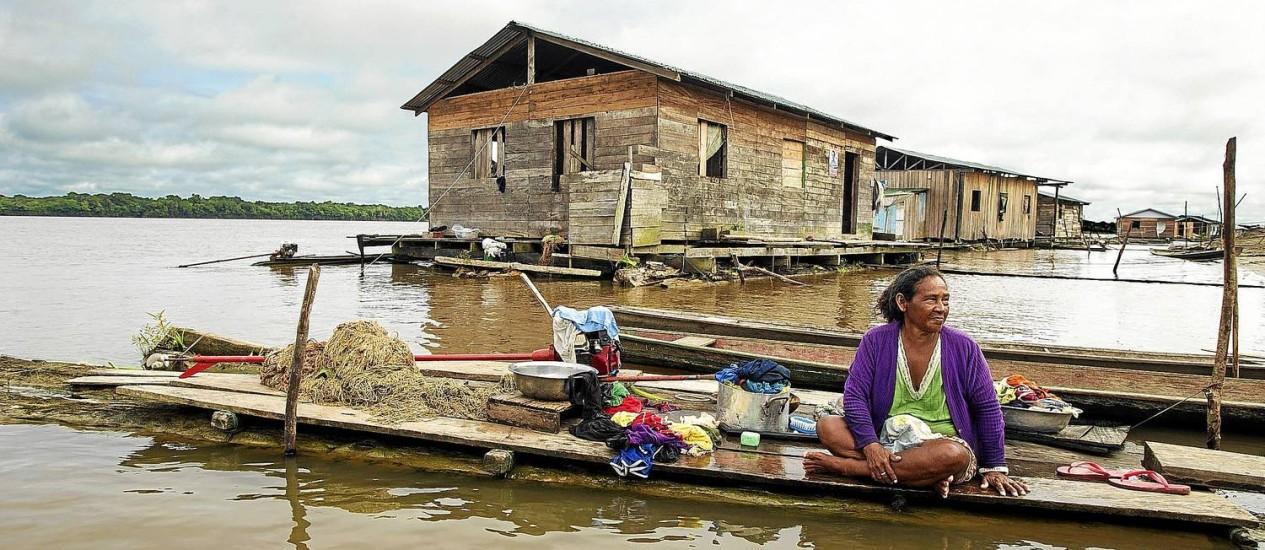 Mulher ribeirinha em sua casa na comunidade Buriti Vencedor, no Alto Solimões: quando há profissionais de saúde disponíveis, eles têm dificuldade em chegar aos povoados. E os moradores desconfiam dos remédios Foto: ANTONIO SCORZA