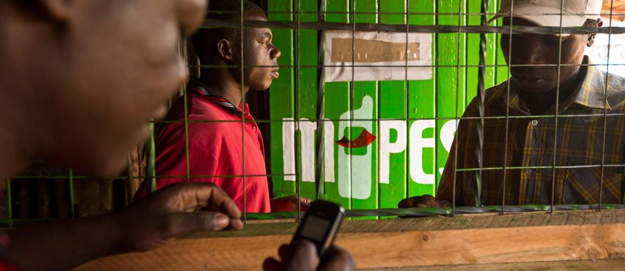 Residentes transferem dinheiro usando M-Pesa em Nairobi, Quênia Foto: Trevor Snapp/Bloomberg/14-04-2003