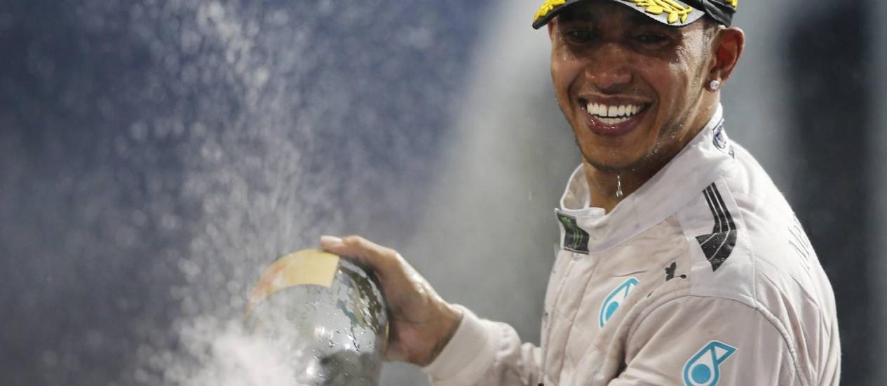 Hamilton, de 29 anos, é o segundo inglês a conquistar dois títulos na F-1, depois de Graham Hill (1962 e 1968) Foto: AHMED JADALLAH / Reuters
