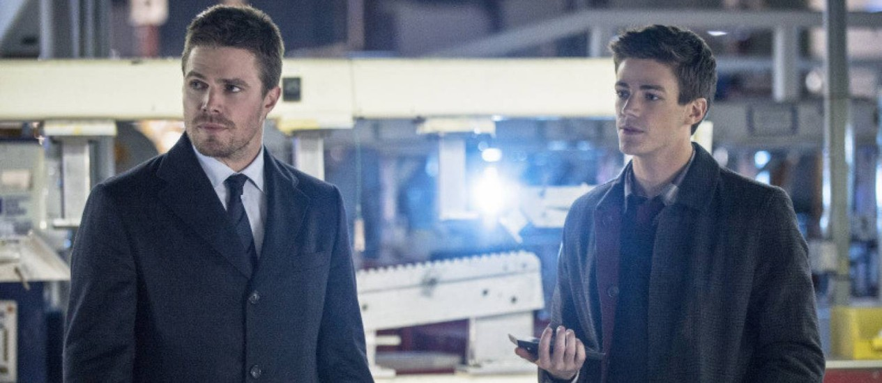 Stephen Amell (Oliver Queen) e Grant Gustin (Barry Allen) em episódio anterior de 'Arrow' Foto: Cate Cameron / The CW