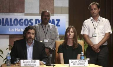 Mediadores do diálogo entre Farc e governo colombiano em Havana. Rita Sandberg da Noruega e Rodolfo Benitez de Cuba. Foto: REUTERS