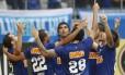 Os jogadores do Cruzeiro comemoram um dos gols da vitória sobre o Goiás que garantiu ao time o tetracampeonato brasileiro