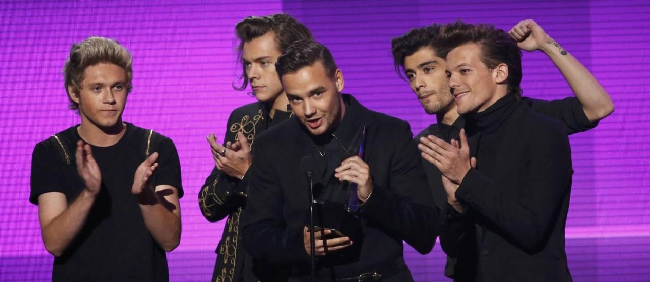 One Direction recebe o prêmio de Artista do Ano no American Music Awards, , em Los Angeles Foto: MARIO ANZUONI / REUTERS