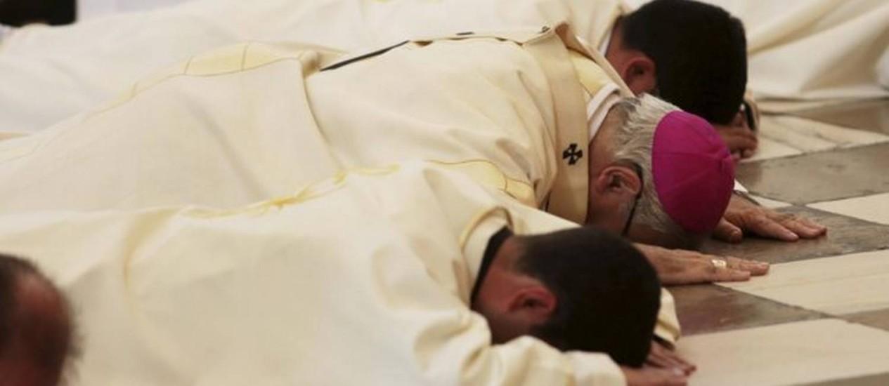 Arcebispo de Granada pede perdão diante do altar da catedral da cidade Foto: Reprodução