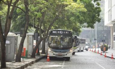 A Avenida Churchill, para onde foram transferidas 10 linhas de ônibus Foto: Márcia Foletto / Agência O Globo