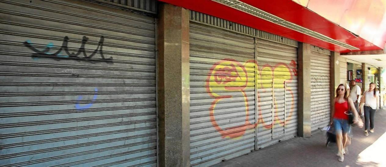 Cena comum. Lojas de portas fechadas com placas de vendo ou alugo são cada vez mais comuns na Visconde de Pirajá, em Ipanema Foto: Gabriel de Paiva