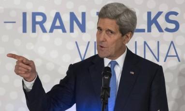 John Kerry durante discurso em Viena. Secretário americano destacou progressos e importância de não acelerar processo de negociações com o Irã Foto: JOE KLAMAR / AFP