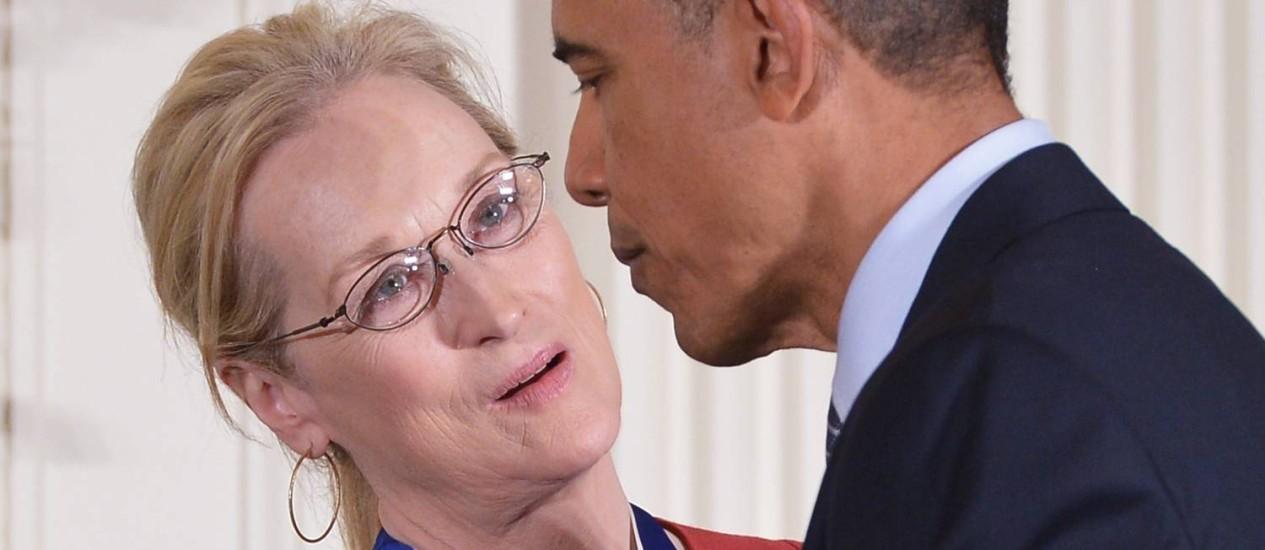 Presidente americano Barack Obama com a atriz Meryl Streep durante a cerimônia de entrega da Medalha da Liberdade, na Casa Branca Foto: MANDEL NGAN / AFP