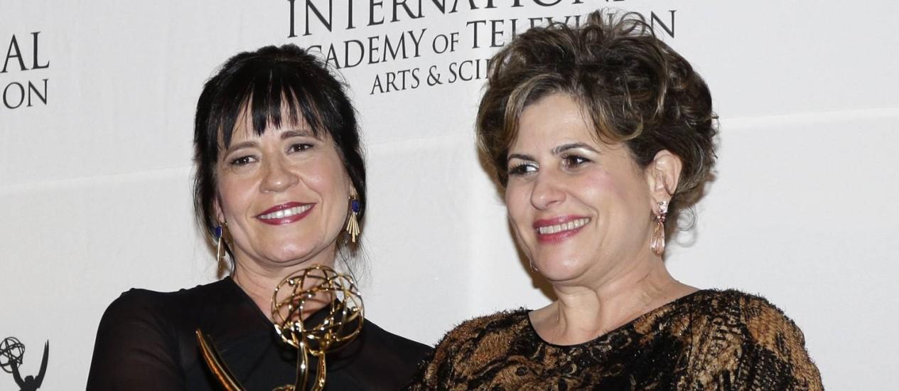As autoras Duca Rachid e Telma Guedes com o prêmio em mãos Foto: JASON SZENES / AFP