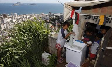 Localidade do Pavão-Pavãozinho e, ao fundo, os prédios da Zona Sul do Rio Foto: Domingos Peixoto / Agência O Globo