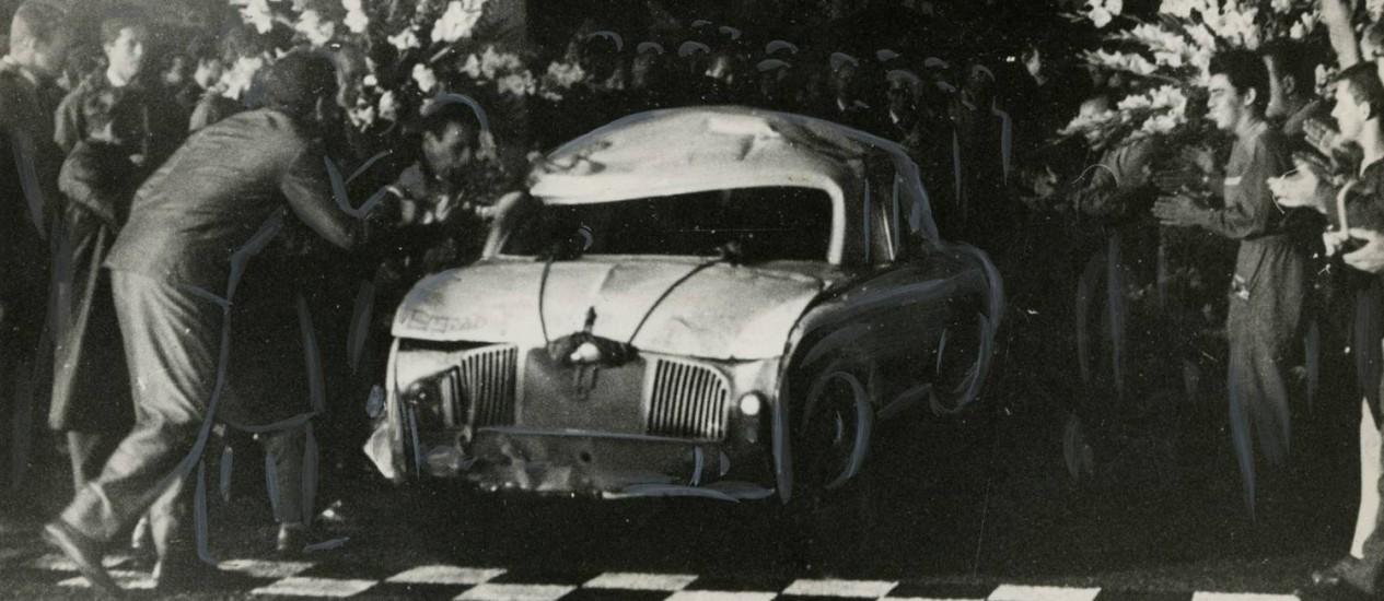 O Gordini completa a meta inicial de rodar 50.000km. Mas os pilotos continuaram na pista por mais algumas horas, até fazer 51.233km Foto: Agência O Globo
