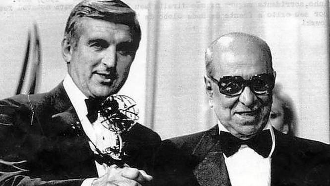Premiação. Roberto Marinho (esq.) recebe o Emmy, em 21 de novembro de 2983 Foto: Terceiro / Arquivo
