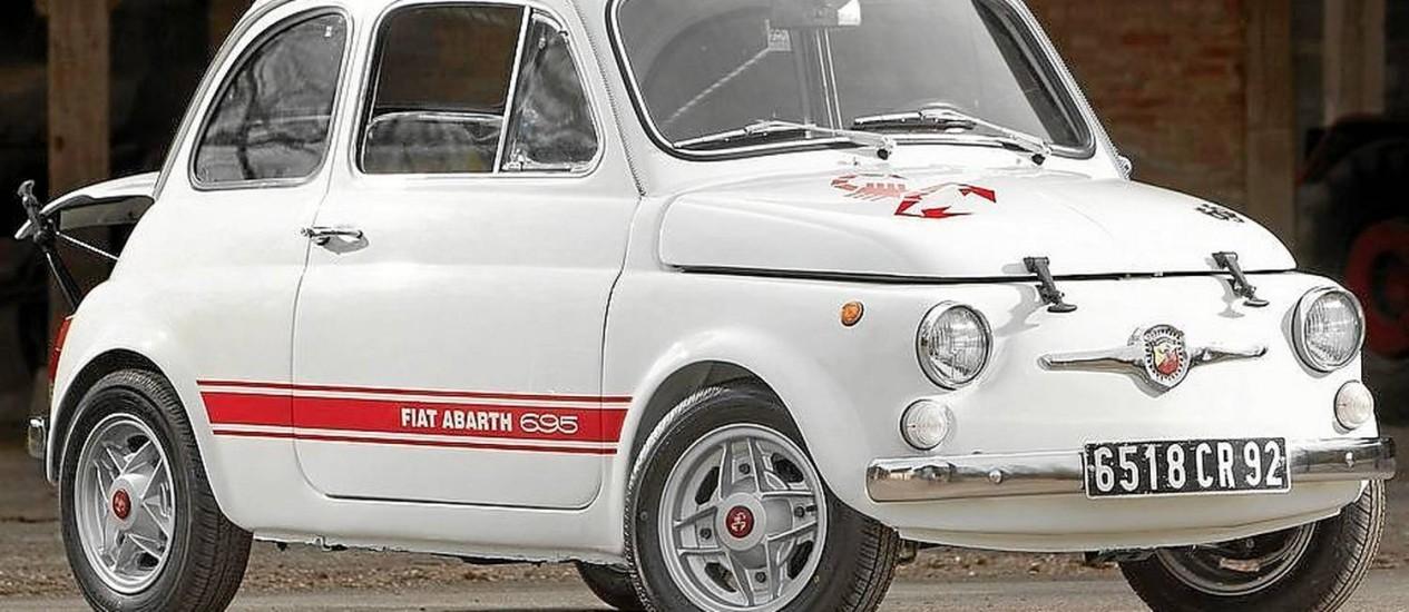 """O Fiat Abarth 695 é um dos antecessores espirituais do esportivo lançado agora no Brasil. Seu visual de """"baixinho marrento"""" inspirou o modelo atual Foto: Divulgação"""
