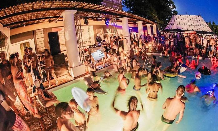 Favoritos Pool Me In, a festa na piscina que marcou o último verão, planeja  WE03