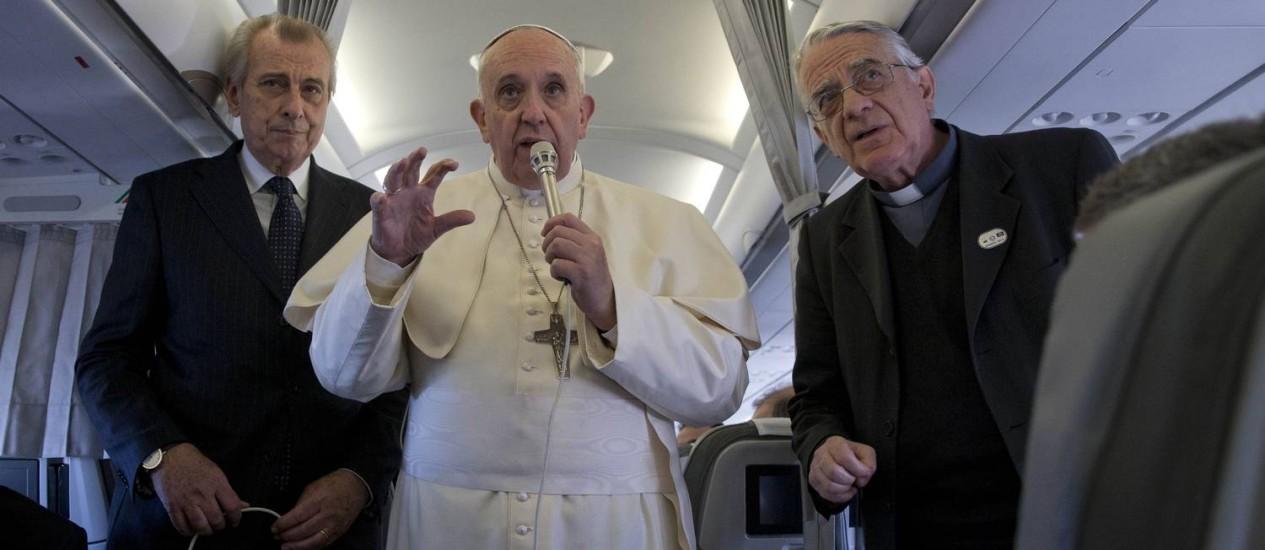 No avião: O Papa com o porta-voz do Vaticano, Federico Lombardi (à esquerda) Foto: Andrew Medichini / AP
