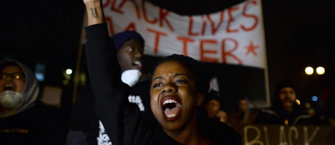 Manifestantes ocupam ruas em St. Louis em protesto à decisão do grande júri de não levar o policial Darren Wilson a julgamento. Protestos voltaram a acontecer em diversas cidades do estado Foto: JEWEL SAMAD / AFP