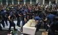 Policias retiram um sofá durante operação para esvaziar acampamento de manifestantes pró-democracia no distrito de Mongkok, em Hong Kong