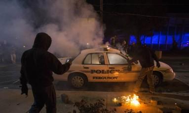 Carro da polícia é incendiado por manifestantes na cidade de Ferguson Foto: Adrees Latif / REUTERS