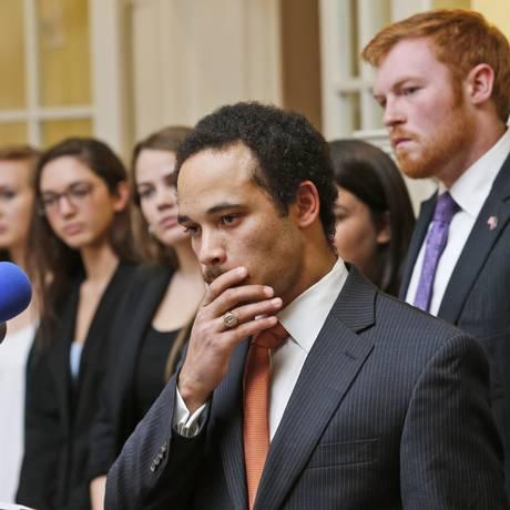 Jalen Ross, presidente do conselho estudantil da Universidade de Virgínia, afirmou que as acusações são um chamado para tratar o assunto na universidade Foto: Steve Helber / AP