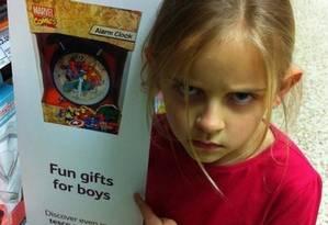 Maggie Cole, de 7 anos, se irrita com cartaz que diz: 'Presentes divertidos para meninos' Foto: Reprodução do Twitter/Karen Cole