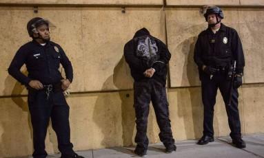 Manifestante é preso em Los Angeles durante protestos contra o não indiciamento do policial que matou Michael Brown Foto: RINGO CHIU / AFP