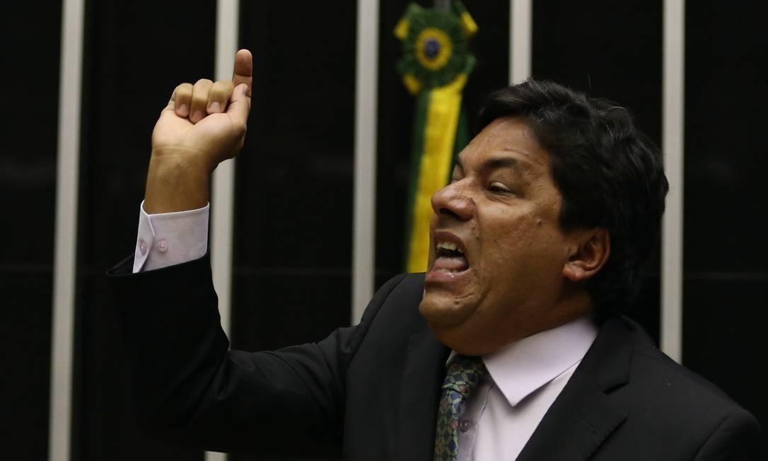 O líder do DEM na Câmara, deputado Mendonça Filho (PE), foi de dedo em riste para a Mesa do Plenário e xingou o presidente do Senado quando teve sua palavra cassada. Foto: Ailton de Freitas / Agência O Globo