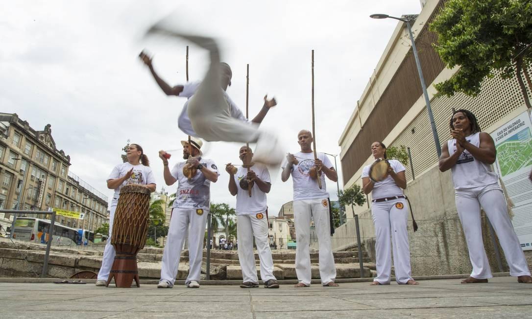 Capoeiristas jogam capoeira para celebrar decisão da Unesco no Cais do Valongo Foto: Antonio Scorza/ Agencia O Globo / Agência O Globo