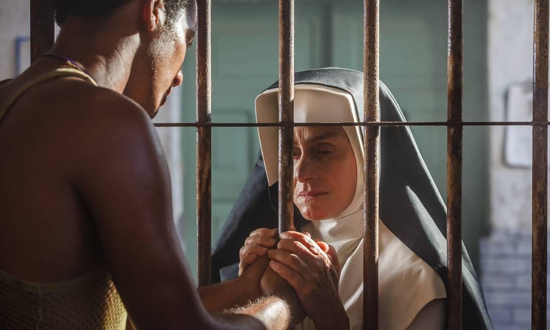Regina Braga, que vive a Irmã Dulce na fase adulta, interage com um preso em cena do longa-metragem de Vicente Amorim. Foto: / Ique Esteves