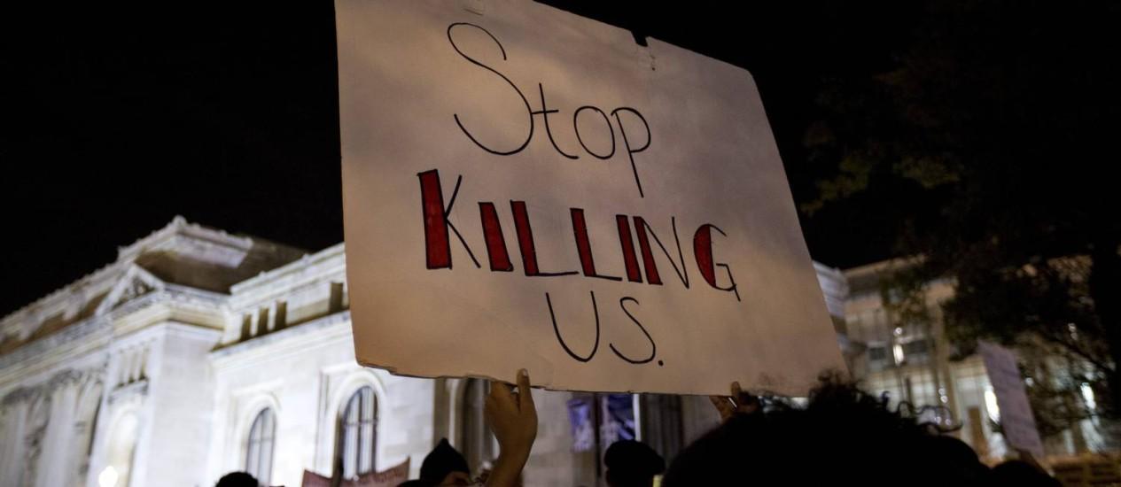 """""""Parem de nos matar"""", diz cartaz de manifestante em Washington, após anúncio da decisão do grande júri no Missouri Foto: Carolyn Kaster / AP"""