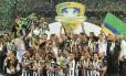 A equipe do Atlético-MG comemora a conquista da Copa do Brasil no estádio do Mineirão em Belo Horizonte