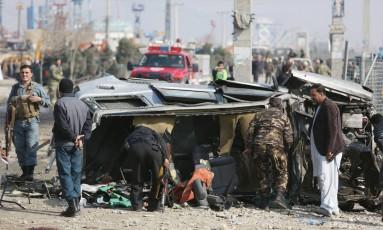 Forças de segurança afegãs inspecionam veículo da embaixada briânica que foi alvlo de um ataque suicida em Cabul Foto: Rahmat Gul / AP