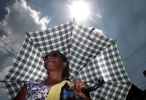Idosos utilizam guarda-chuva para se protegerem da radiação do sol nas grandes cidades Foto: Bruno Gonzalez / Agência O Globo