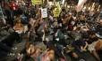 Manifestantes bloquearam um cruzamento durante uma marcha em Los Angeles, na Califórnia