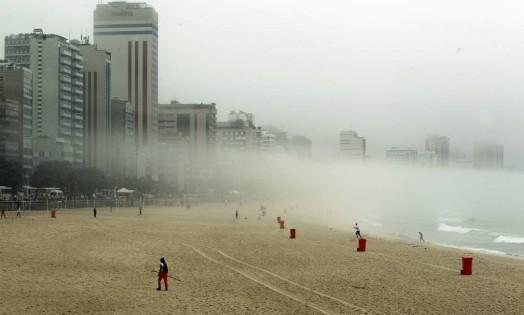 Além das núvens que cobrem a cidade, uma névoa baixa tomou a Praia de Ipanema Foto: Gabriel de Paiva / Agência O Globo