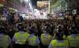 Manifestantes pró-democracia tomaram as ruas da área de Mong Kok na noite desta quarta-feira após a polícia desmontar um de seus dos acampamentos
