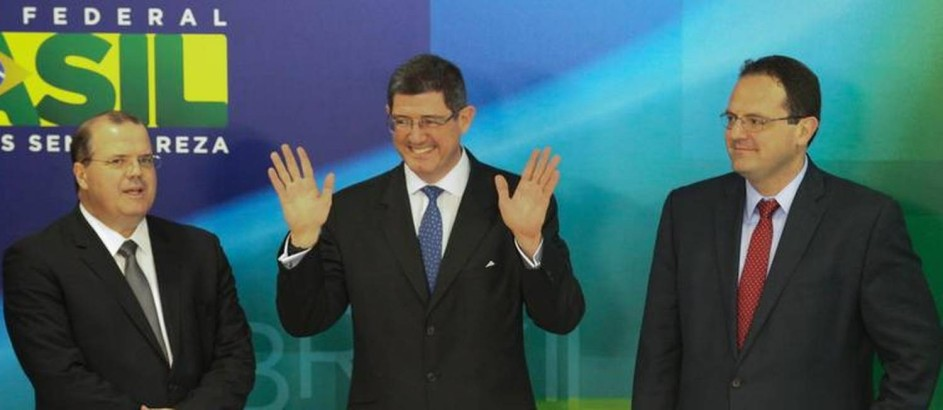 Alexandre Tombini, do BC (à esquerda), com os novos ministros Joaquim Levy (centro) e Nelson Barbosa (à direita) Foto: André Coelho / O Globo