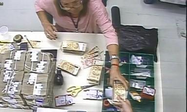 Lígia Maria Victer Frazão, funcionária do Banco Central, foi filmada roubando notas que seriam incineradas por câmeras de segurança instaladas da instituição Foto: Reprodução de vídeo