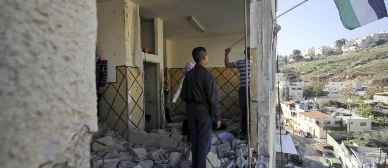 Bandeira palestina na casa de Abdel Rahman al-Shaludi, que teve a residência destruída pelo governo por ter realizado ataque em estação de trem que deixou cinco mortos em outubro Foto: Mahmoud Illean / AP