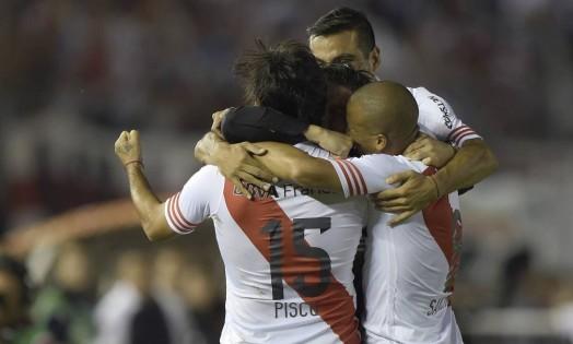 Número 15, atacante Pisculichi é abraçado pelos companheiros de River Plate Foto: JUAN MABROMATA / AFP