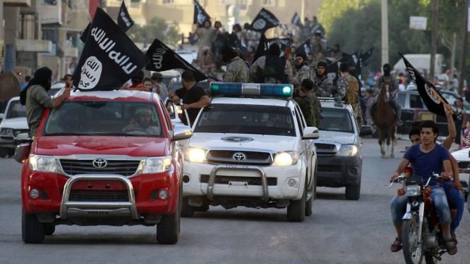 Militantes fazem carreata com bandeiras do Estado Islâmico em Raqqa, na Síria. Centenas de radicais já deixaram a Europa para integrar o grupo no Oriente Médio Foto: REUTERS/30-6-2014