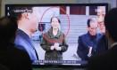 Sul-coreanos assistem programa com Kim Yo Jong, irmã mais nova do ditador Kim Jong Un e agora em alto cargo do governo Foto: Ahn Young-joon / AP