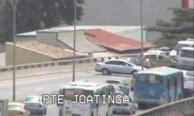 Carros voltam na contramão na Ponte da Joatinga Foto: TV Globo / Reprodução