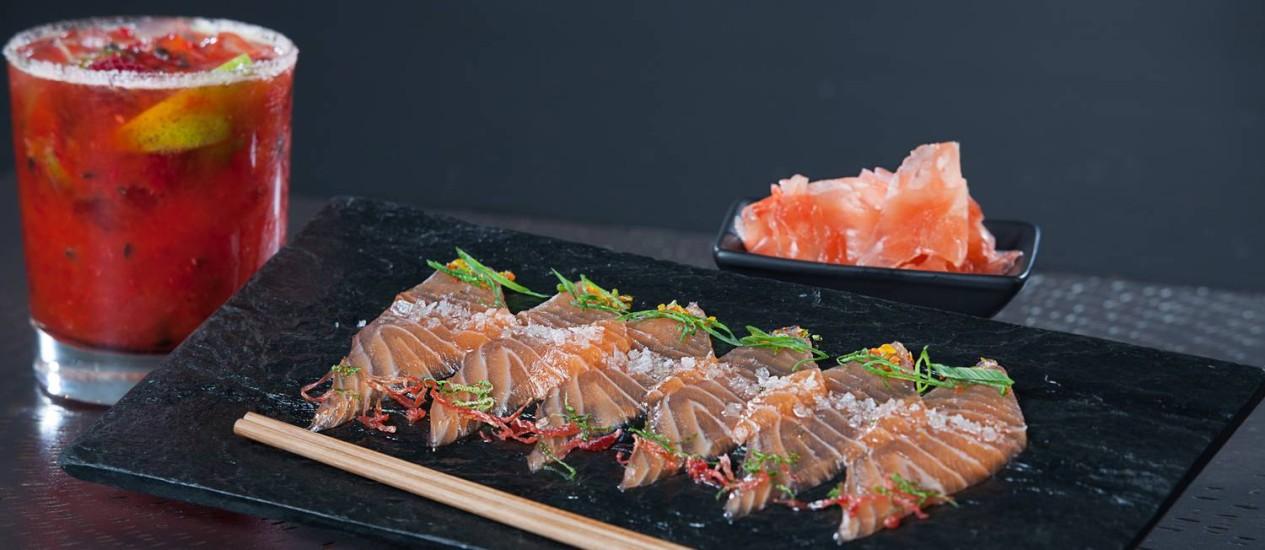 """Os """"tiraditos"""" de salmão estão entre os clássicos do restaurante nipo-peruano Osaka, em Buenos Aires Foto: Diana Deak / Divulgação"""